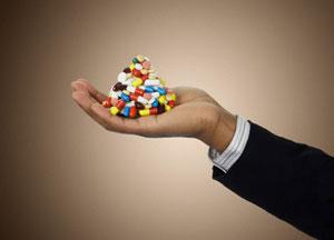 immagine di una mano che contiene integratori alimentari in pillole